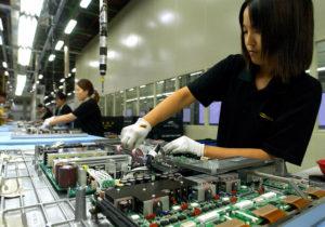 Сборочный конвейер на заводе Samsung