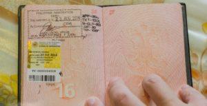 При въезде на Филипины больше не ставят штам в паспорт, а вклеивают на его место симпатичную наклейку, которая меньше штампа