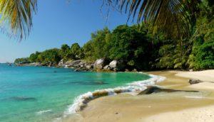 Пляж на острове Маэ