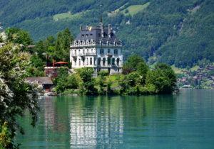 Озеро Бриенц, расположенное в северной части Альп в - кантон Берн.