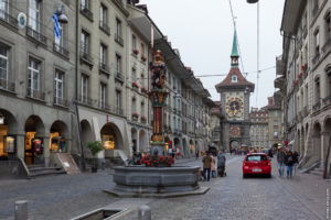 Берн, вид на фонтан «Церингер» и часовую башню.