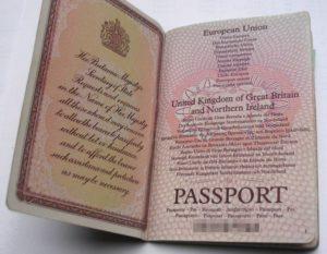 Став гражданином Великобритании Вы получите такой паспорт.