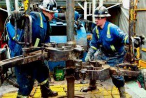 Мужская работа на нефтевышках в Ираке.