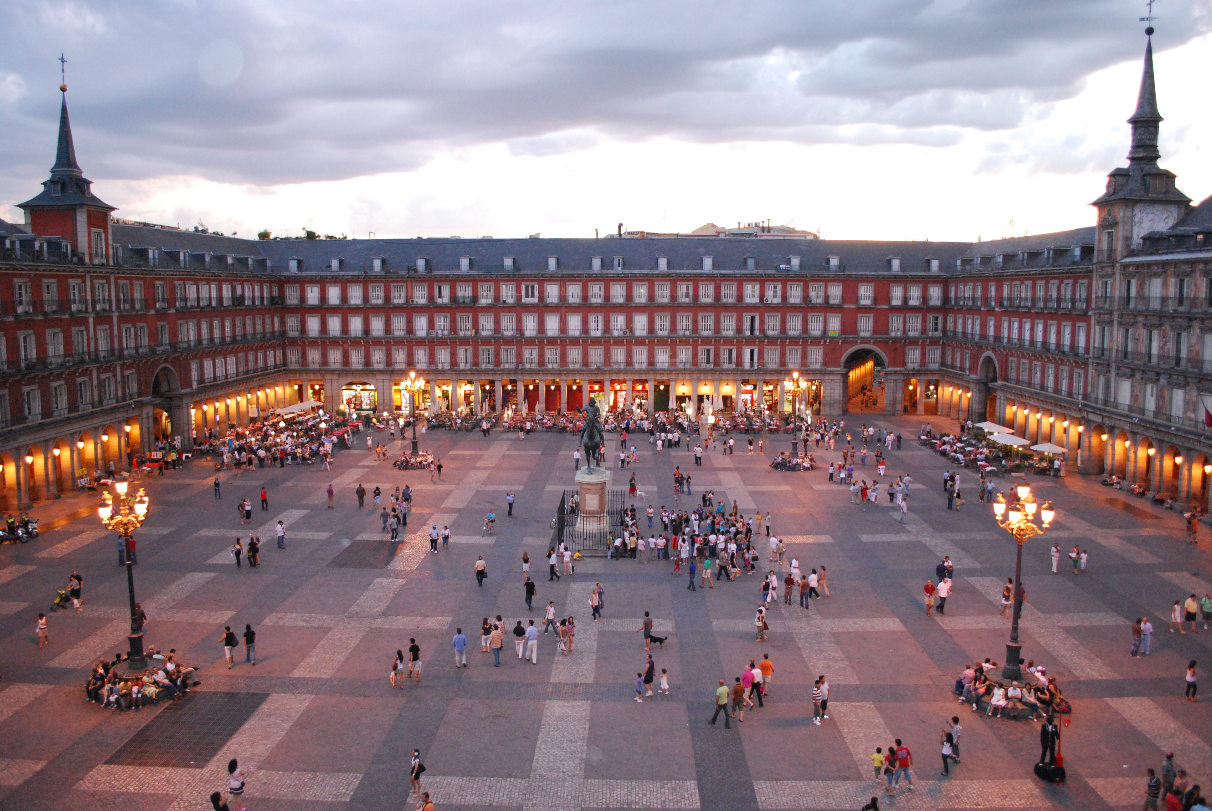 """Plaza Mayor - Главная площадь, расположена в так называемом - """"австрийском Мадриде""""."""
