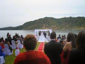 Свадба в Чили: священник проводит свадебную церемонию и зачитывает соответствующие отрывки из библии.