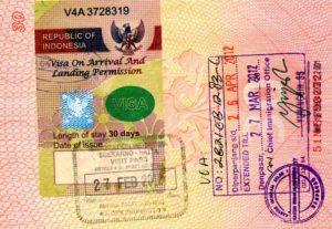Такую наклейку вклеивают в паспорт по прилету в Индонезию