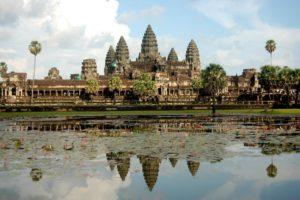 Ангкор-Ват (огромный индуистский храм в Камбодже, который посвящен богу Вишну).