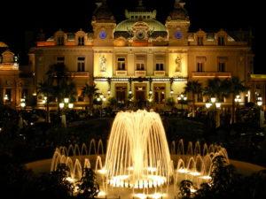 Казино в Монте-Карло - граждане Монако не имеют права даже заходить на порог этого заведения.