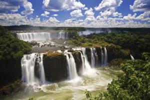 Водопады Игуасу — это 275 водопадов, расположенных на реке Игуасу, граничащие с Бразилией и Аргентиной.