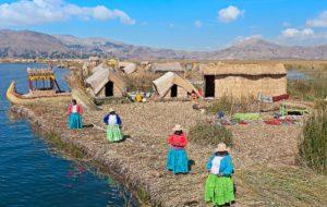 Плавучие острова племен Урос на озере Титикака