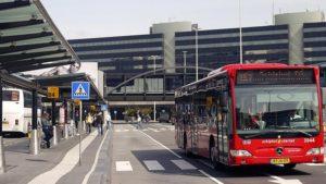 От аэропорта Схипхол до центра города можно добраться на автобусе.