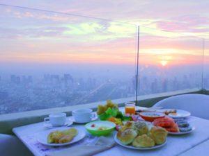 Прекрасный завтрак и шикарный вид из Baiyoke Sky Hotel в Baioke Sky Tower.