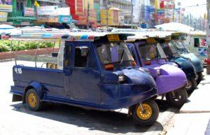 Стоянка тайских моторикшей, они же тук-туки