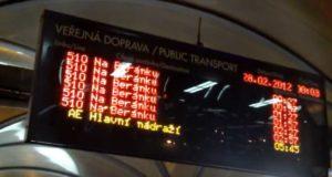 Табло с расписанием движения пражского ночного автобуса №510