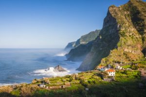 Как дешево добраться до Мадейры? Самолеты, паром, транзит через Португалию и Испанию.