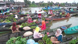 Индонезийский плавучий продуктовый рынок
