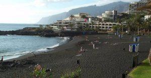 Тенерифский пляж с черным песком