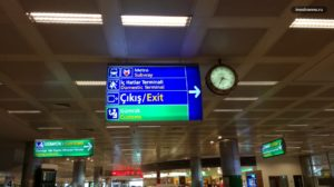 Указатели метро в аэропорту Стамбула Ататюрк