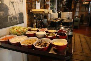 Выбор блюд в кафе Konstan Molja в Хельсинки