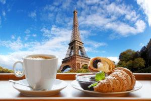 Круассаны и кофе в Париже