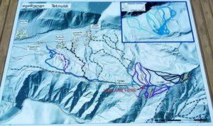 Карта трасс Тетнулди. Схема висит возле подъемников. Сплошные линии - действующие подъемники, пунктир - планируемые канатки.