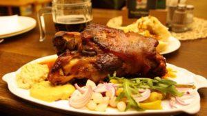 Национальное блюдо печено вепрево колено (свиная рулька по-чешски)
